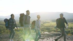 Dos pares jovenes que caminan en las montañas almacen de metraje de vídeo