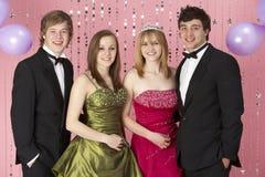 Dos pares jovenes vestidos para el partido Fotografía de archivo libre de regalías