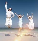 Dos pares que celebran en la playa en concepto de la Navidad Foto de archivo