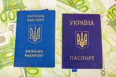 Dos pasaportes ucranianos en billetes de banco euro Imagen de archivo