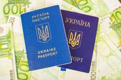 Dos pasaportes ucranianos en billetes de banco euro Imagen de archivo libre de regalías