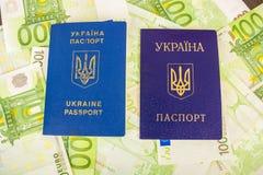 Dos pasaportes ucranianos en billetes de banco euro Foto de archivo libre de regalías