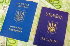 Dos pasaportes ucranianos en billetes de banco euro Fotos de archivo libres de regalías