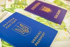 Dos pasaportes ucranianos en billetes de banco euro Fotografía de archivo