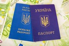 Dos pasaportes ucranianos en billetes de banco euro Imagenes de archivo