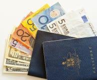 Dos pasaportes y dineros australianos del recorrido Foto de archivo