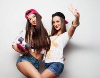 Dos patinadores de la muchacha Fotos de archivo libres de regalías