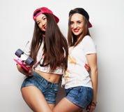 Dos patinadores de la muchacha Fotografía de archivo