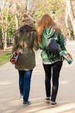 Dos patines que caminan de las chicas jóvenes a disposición Fotos de archivo libres de regalías