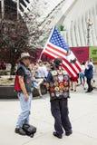 Dos patriotas cerca del punto cero con la bandera en 9-11 en New York City Imágenes de archivo libres de regalías