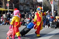 Dos payasos antes del desfile de Papá Noel Foto de archivo