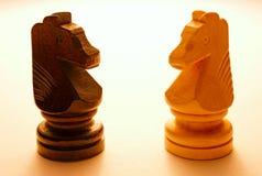 Dos pedazos de ajedrez de madera del caballo Imagen de archivo