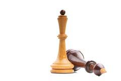 Dos pedazos de ajedrez de madera solamente aislados en blanco Imagen de archivo