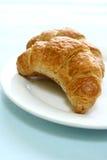 Dos pedazos de croissant recientemente tostado de la mantequilla Fotografía de archivo libre de regalías