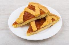 Dos pedazos de empanada de la torta dulce en la placa blanca en la tabla Fotos de archivo libres de regalías