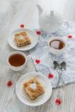 Dos pedazos de empanada de manzana Imagenes de archivo