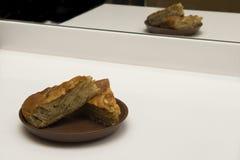 Dos pedazos de empanada de manzana en una placa Fotos de archivo