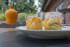 Dos pedazos de empanada de manzana con el azúcar blanco Fotos de archivo