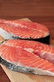 Dos pedazos de filete de color salmón fresco Fotos de archivo libres de regalías