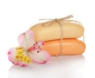 Dos pedazos de jabón de retrete conectados por la guita Imagen de archivo libre de regalías