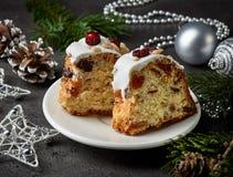 Dos pedazos de la Navidad se apelmazan con las frutas y las nueces Foto de archivo