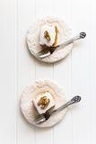 Dos pedazos de la torta de zanahoria nuts con helado en el color de marfil plat Imagen de archivo