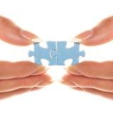 Dos pedazos de rompecabezas están conectados juntos Foto de archivo libre de regalías