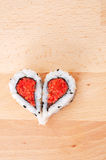 Dos pedazos de sushi que forman forma del corazón Foto de archivo