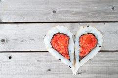 Dos pedazos de sushi que forman la forma del corazón Fotografía de archivo