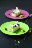 Dos pedazos de tarta del limón con el queso cremoso Imagen de archivo
