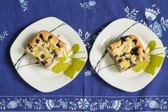 Dos pedazos de torta con el arándano Fotografía de archivo