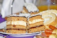 Dos pedazos de torta deliciosos en la placa Fotografía de archivo libre de regalías