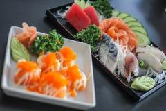 Dos peixes saborosos japoneses da carne do prato do sushi delicioso Salmon a salada da sopa do arroz de Saba do Wasabi da decoraç Imagens de Stock