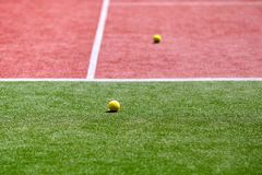Dos pelotas de tenis en el campo de tenis Imagenes de archivo