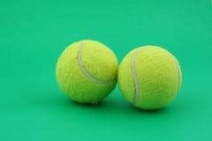 Dos pelotas de tenis en verde imagen de archivo libre de regalías