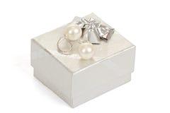 Dos pendientes de la perla y rectángulos de regalo aislados en blanco Fotos de archivo libres de regalías
