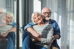 Dos pensionistas alegres que expresan humor juguetón Fotografía de archivo