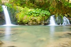 Dos pequeñas cascadas en el bosque Fotografía de archivo libre de regalías