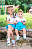 Dos pequeñas hermanas Imágenes de archivo libres de regalías