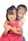 Dos pequeñas hermanas asiáticas felices que abrazan, hermanos aman juntas Fotografía de archivo libre de regalías