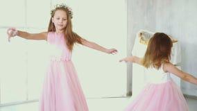 Dos pequeñas hermanas en el giro hermoso de los vestidos almacen de video