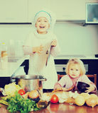 Dos pequeñas hermanas que aprenden cómo cocinar imágenes de archivo libres de regalías