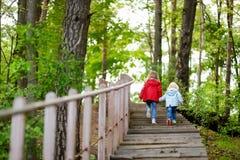 Dos pequeñas hermanas que caminan encima de las escaleras Fotos de archivo libres de regalías
