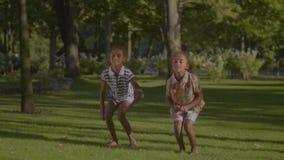 Dos pequeñas hermanas sonrientes que bailan el hip-hop al aire libre almacen de metraje de vídeo