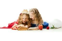 Dos pequeñas princesas encantadoras Reading The Magic Book Fotografía de archivo