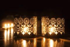 Dos pequeñas velas ardientes en fondo oscuro imagen de archivo libre de regalías