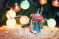 Dos pequeños árboles de navidad del arte en un frente de cristal del tarro n de un Cristo Fotografía de archivo