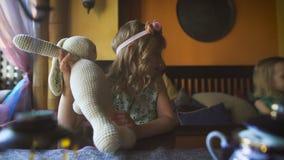 Dos pequeños blondies lindos están jugando en un café almacen de metraje de vídeo