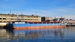 Dos pequeños buques mercantil que amarran en un puerto Foto de archivo
