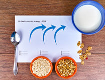 Dos pequeños cuencos con los cereales diferentes y el cuenco con la leche, estrategia empresarial, toma de decisión, choic Fotos de archivo